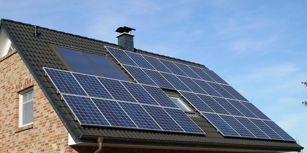 des panneaux solaires sur un toit de maison
