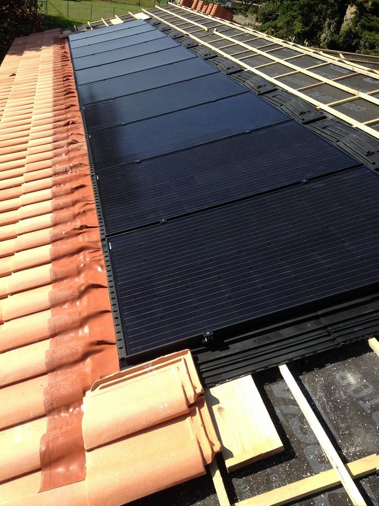 Panneau photovoltaïque solaire en cours d'installation
